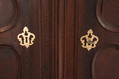 Armario estilo Luis XV francés en roble macizo del siglo XIX.