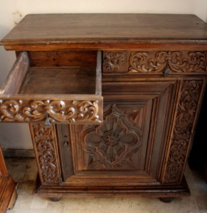 Estipone francés antiguo en nogal de estilo renacentista