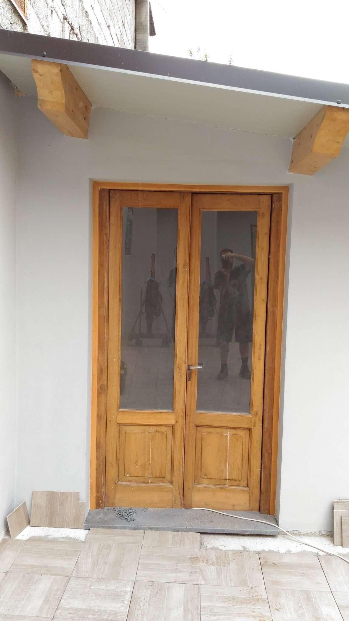 Reestructuración de una puerta y una ventana de madera de castaño