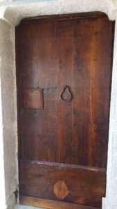 restauración antigua de la puerta de madera de castaño XVIII ° siglo
