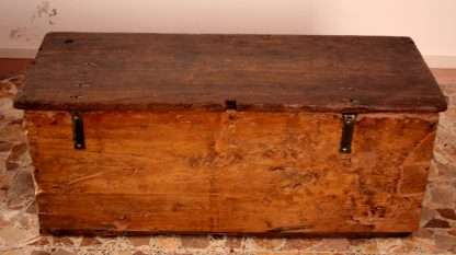 Cofre de madera maciza de castaño, artesanía, Cilento, Italia meridional, siglo XIX madera Definizioni di madera sostantivo Sustancia dura y fibrosa que forma el tronco y las ramas de los árboles. el tronco tiene la madera más gruesa que las ramas; el corcho y la madera flotan en el agua; las bases y las cubiertas van decoradas con estrellas de hueso teñido de verde y maderas de ébano y cedro . Pieza de madera cortada o labrada. necesitamos un poco de madera para el fuego . Talento o capacidad innata para hacer algo. este niño toca muy bien el piano, tiene madera de músico; la joven actriz está muy ilusionada porque Almodóvar dijo que tiene madera y, lógicamente, debe aprovechar esta oportunidad . Altre 3 definizioni Vedi anche Madera, caja de madera, madera de pino, tocar madera, trozo de madera, madera contrachapada, escultura de madera, taco de madera, madera dura, talla en madera, tallar en madera