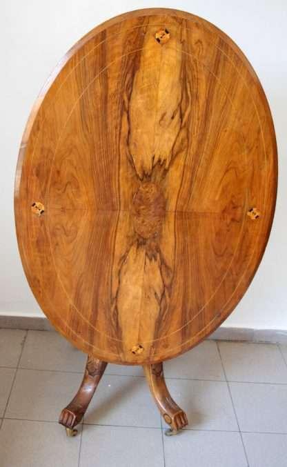 Mesa ovalada en madera de nogal y roble macizo, con incrustaciones, ochocientos, en excelentes condiciones